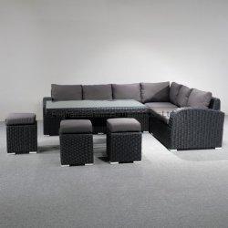 Отдых на открытом воздухе патио с садом плетеной вид в разрезе диван с обеденным столом