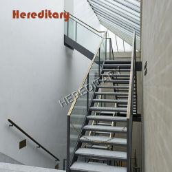 En el interior de acero inoxidable, además de baranda de vidrio escaleras del edificio de oficinas