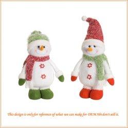 休日の時間クリスマスのギフトはスノーマンのプラシ天の人形のおもちゃを飾る