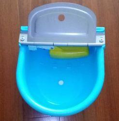 Ciotola di plastica dell'acqua potabile