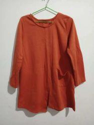ワイシャツを編んでいる使用された衣服の中古の衣類によって使用される女性