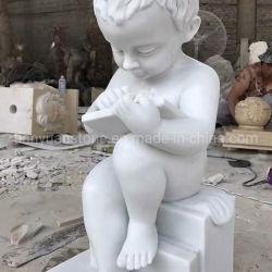 손에 의하여 새겨진 우아한 대리석은 조각품 낭독서 아기 동상을 파열시킨다