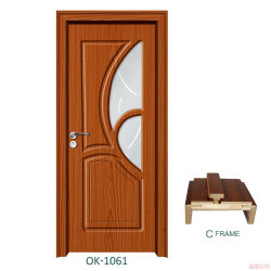 Intérieur en bois et de solides cadres de portes en verre