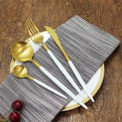 素晴らしい18/10の金PVDのチタニウムの食事用器具類のレストランの金の食事用器具類の一定の贅沢な結婚式の金の平皿類の一定の無光沢のステンレス鋼の食事用器具類