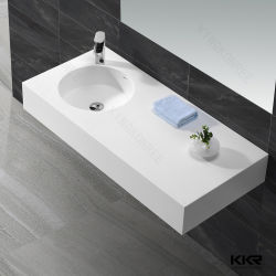 La parete bianca ha appeso la stanza da bagno moderna quadrata Basin181116