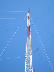 Antena de montaje de varios cables de comunicación de la torre Guyed