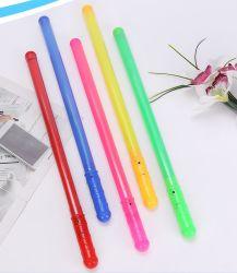 콘서트를 위해 LED가 깜박이며 요술지팡이 플라스틱 요술지팡이를 위로 올립니다 파티