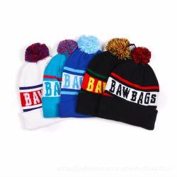OEM menotté Fancy jacquard coloré de football Pompom tricotés Beanie Hat