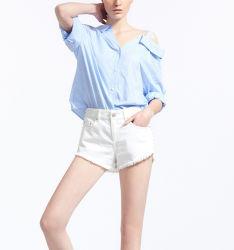 女性は刺繍の綿のストライプのシャツのブラウスを緩める