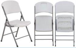 Des chaises en plastique coloré Chivari de mariage