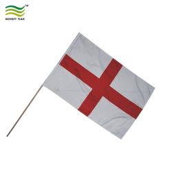 Стороны развевается флаг Англии с деревянной опоры (A-NF01F03012)