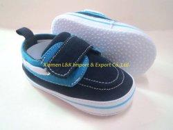 El lienzo de zapatillas básicas de la zapata de bebé para niño