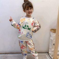 우연한 한 벌이 최신 가을 착용에 의하여, 형식 Guccii 패턴 디자인, 거리 작풍. 아이 착용. 아이들 옷. 아이들 입기. 아이들 착용