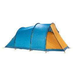 Le 4 persone esterne impermeabilizzano la tenda di campeggio della famiglia