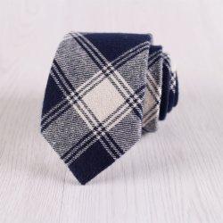 En blanco y negro de algodón tejido cuadriculado corbata