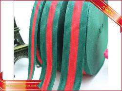 Зеленая и красная полоса лента наматывается лента подарок упаковочную ленту