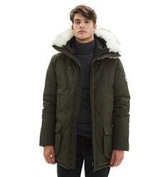 남자의 격리한 탐험 산은 일렬로 세워진 모피 두건이 있는 긴 아노락 Parka에 의하여 덧대진 재킷을 두껍게 한다