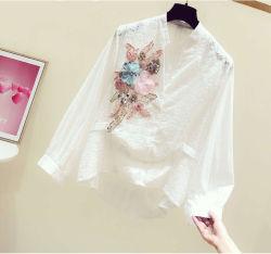 أزياء متوتّرة في التزيين الزهرة على شكل حرف V طويلة الرقبة المرأة القميص الملابس