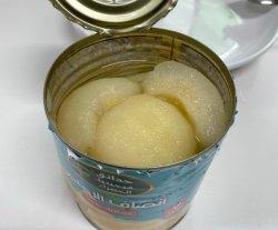 Les conserves de fruits en conserve de la neige les moitiés de poires au sirop léger