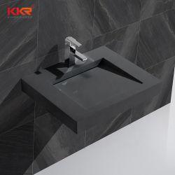 Черный твердой поверхности каменной стене висит ванной бассейна туалетным столиком с раковиной радиатора