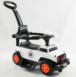 Giro del bambino sul giocattolo dell'automobile con la barra di spinta