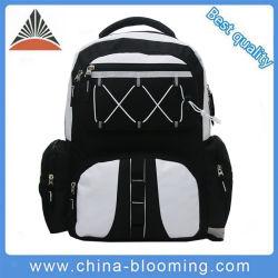 屋外旅行キャンプ山のバックパック袋をハイキングするスポーツ