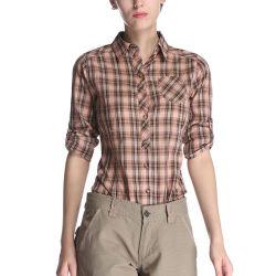 밖으로 사무실은 형식 면 복장 여자의 검사에 의하여 인쇄된 셔츠를 입는다