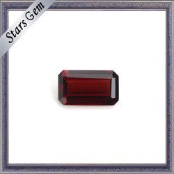 優秀なエメラルドによって切られる自然なガーネット貴重な宝石用原石
