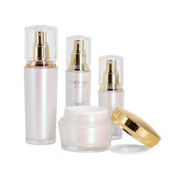 Luxuxacrylkosmetik, die Skincare Plastikflaschen und Sahnegläser verpackt