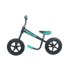 バランスのバイクの練習の実行押しのバランスの自転車を滑らせている就学前の子供
