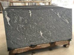 Mattonelle e lastre nere fiammeggiate del granito di Nero Biasca per i punti della scala