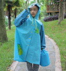 Hijo de PVC capa de lluvia lluvia Poncho impermeable de plástico PVC capa de lluvia para el exterior con cubierta de la bolsa de la escuela