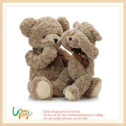 柔らかいプラシ天のぬいぐるみのブラウンのテディー・ベアの赤ん坊は子供の人形のおもちゃをからかう