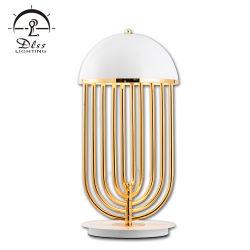 Творческой личности с одной спальней оформлены люстра белого освещения утюг настольный светильник