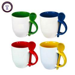 El color de cerámica blanca cuchara taza de líquido caliente para beber