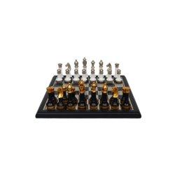 Le métal aux échecs avec socle en bois