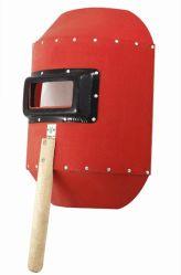 빨간색 강철 종이 안전 용접 헬멧을 손으로 잡고 있습니다