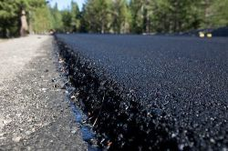 La costruzione della strada asfaltata pianta i tetti