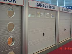 CE 認定の PU 絶縁型住宅用自動オーバーヘッド式標準リフトローラーアップローリングシャッターガレージドア(歩行者ドア付き)
