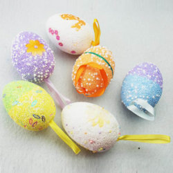 DIYのデッサンはプラスチックイースターエッグに卵を投げつける