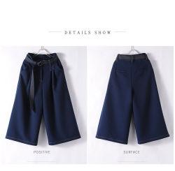 Le donne adattano gli alti pantaloni dei pantaloni dei jeans di Waisted