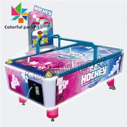 Colorido en el interior del parque de diversiones de monedas de la máquina de juegos de mesa de hockey de aire de lujo
