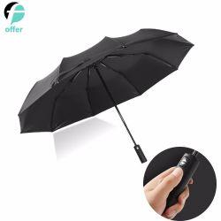 Fine aperta dell'automobile che piega l'ombrello UV della pioggia