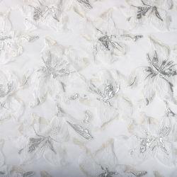 白い花柄のジャカードファブリックを離れて