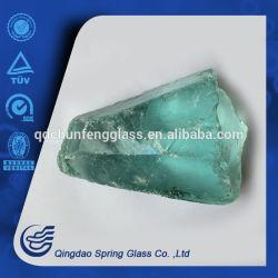 공장에서 밝은 파란색 유리제 돌