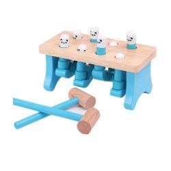 De houten Jonge geitjes die van de Baby van de Pret van het Stuk speelgoed van de Hamer van de Bal de Kinderen spelen die van de Doos van de Hamer Hamer kloppen die vroeg OnderwijsStuk speelgoed leren