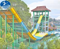 La vuelta de torres de diapositiva para Parque Acuático