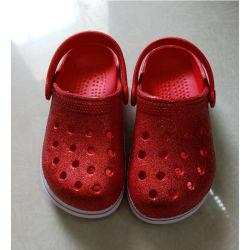 新しい到着の夏の子供エヴァはサンダルの庭の靴を詰らせる