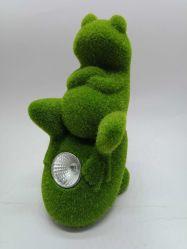 Leuke Kikker met ZonneLichten die op Rots voor de Decoratie van de Tuin zitten