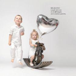 С удовлетворением малыша на деревянной Rocking Horse малыша игрушки